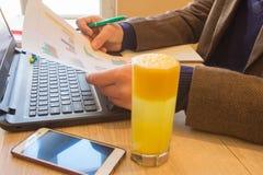 Begrepp av arbete för revisor` s Planera budgeten, revision och affärsidé Businesspersons som analyserar rapporten Ung affärspeop arkivbilder