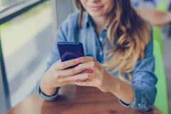 Begrepp av att använda modern teknologi för att shoppa Den lyckliga le kvinnan använder mobiltelefonen för internetshopping, henn royaltyfri fotografi