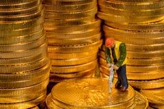Begrepp av att bryta av guld med guld- Eagle för USA-kassa mynt royaltyfria foton
