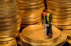 Begrepp av att bryta av guld med guld- Eagle för USA-kassa mynt arkivfoton