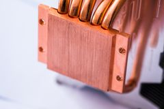 Begrepp av att kyla för luft av den centrala processorn av ett Aluminum element för dator med den kopparnärbilden för värmerör me royaltyfri foto