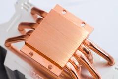 Begrepp av att kyla för luft av den centrala processorn av ett computerAluminumelement med den kopparnärbilden för värmerör med h arkivfoto