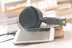 Begrepp av att lyssna till audiobooks Arkivbild