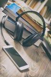 Begrepp av att lyssna till audiobooks Royaltyfria Bilder
