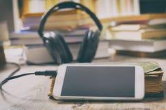 Begrepp av att lyssna till audiobooks Royaltyfria Foton