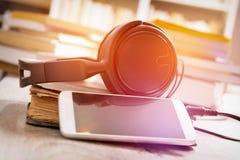 Begrepp av att lyssna till audiobooks Arkivfoto