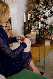 Begrepp av att motta och att förbereda gåvor på jul, hemligt santa begrepp Överkant ovanför det över huvudet siktsfotoet av kvinn royaltyfria foton