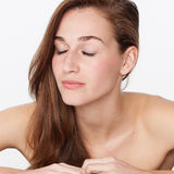 Begrepp av att skämma bort och att hydratisera skincare med att koppla av för 20-talkvinna Fotografering för Bildbyråer
