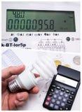 Begrepp av besparingelektricitet Arkivfoton