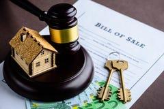 Begrepp av bostadslånet och kreditering Litet trähus, eurobankn royaltyfri fotografi