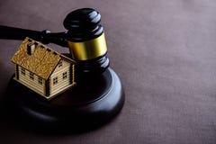 Begrepp av bostadslånet och kreditering Små trähus och domare royaltyfria bilder