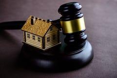 Begrepp av bostadslånet och kreditering Små trähus och domare fotografering för bildbyråer