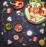 Begrepp av bästa sikt c för vegetarisk för matingredienser för peppar för vitlök för smör för citron för champinjon för gurka bak Arkivbilder