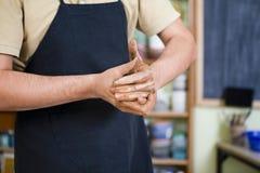 Begrepp av ceramisten i seminarium Closeup av händer av den manliga keramikern royaltyfria bilder