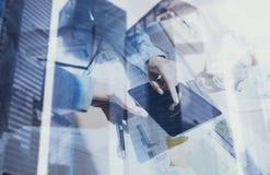 Begrepp av coworking folk som använder mobila enheter Closeupsiktskvinnlign räcker rörande skärm den digitala minnestavlan double arkivbild
