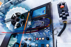 Begrepp av den abstrakta teckningen av kugghjul och den automatiserade moderna maskinen med CNC för numerisk kontroll Royaltyfria Foton