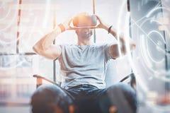 Begrepp av den digitala skärmen, anslutning och manöverenheter Barnet beraded enjoyingvirtual verklighetexponeringsglas för hipst royaltyfri bild