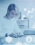 Begrepp av den digitala skärmen, symbol för faktisk anslutning, diagram, grafmanöverenhet Ung härlig kvinna som arbetar med minne Royaltyfri Foto