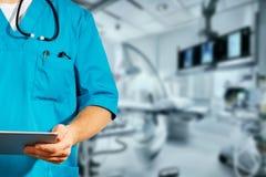 Begrepp av den globala medicin och sjukvården Oigenkännlig doktor som använder den digitala minnestavlan Diagnostik och modern te fotografering för bildbyråer