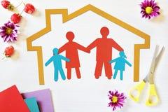 Begrepp av den lyckliga traditionella familjen i deras egna hem Arkivbild