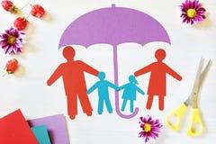 Begrepp av den lyckliga traditionella familjen i säkerhet Arkivbilder