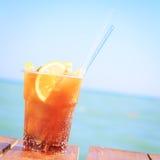 Begrepp av den lyxiga tropiska semestern En KubaLibre coctail på Arkivfoto