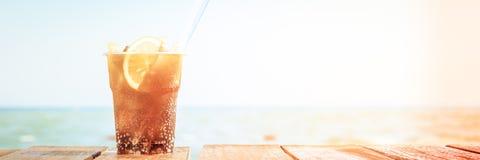 Begrepp av den lyxiga tropiska semestern En KubaLibre coctail på Fotografering för Bildbyråer
