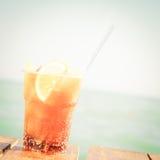 Begrepp av den lyxiga tropiska semestern En KubaLibre coctail på Royaltyfria Foton