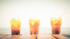 Begrepp av den lyxiga tropiska semestern Tre KubaLibre coctailar Royaltyfri Foto