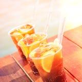 Begrepp av den lyxiga tropiska semestern Tre KubaLibre coctailar Fotografering för Bildbyråer