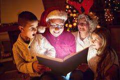 Begrepp av den magiska boken för glad jul Fotografering för Bildbyråer