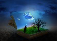Begrepp av den magiska boken som täckas med gräs och trädet arkivfoto