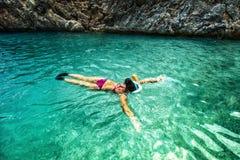 Begrepp av den sunda uppehället, sportar och watersportdetaljer Snorkla med special utrustning i klar wather Fotografering för Bildbyråer