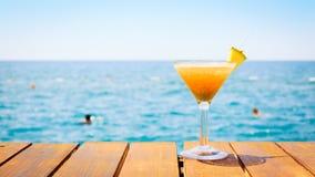 Begrepp av den tropiska semestern Exotisk coctail på pir Luxur Arkivfoton