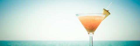 Begrepp av den tropiska semestern Exotisk coctail på pir Luxur Royaltyfria Bilder