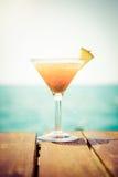 Begrepp av den tropiska semestern Exotisk coctail på pir Luxur Royaltyfria Foton