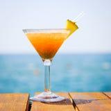 Begrepp av den tropiska semestern Exotisk coctail på pir Luxur Royaltyfri Bild