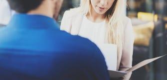 Begrepp av det funktionsdugliga mötet Två coworkers som diskuterar affärsstrategi i modernt kontor Lyckad säker latinamerikan Arkivfoton
