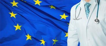 Begrepp av det nationella hälsovård- och medicinsystemet i EU Säker yrkesmässig doktor i det vita laget med stetoskopet royaltyfri fotografi