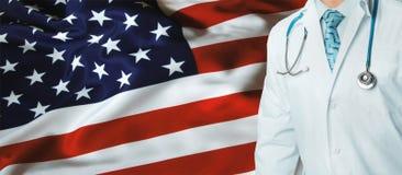 Begrepp av det nationella hälsovård- och medicinsystemet i USA Amerika Säker yrkesmässig doktor i det vita laget med stetoskopet royaltyfria foton