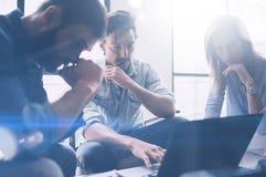Begrepp av det nya startup projektet för presentation Grupp av unga coworkers som diskuterar idéer med de i modernt kontor arkivfoto