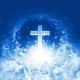 Begrepp av det skinande korset för kristen religion på bakgrund av molnig himmel Gudomlig glänsande himmel Himmelkors och härliga royaltyfri fotografi