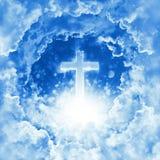 Begrepp av det skinande korset för kristen religion på bakgrunden av dramatisk molnig himmel Gudomlig glänsande himmel, ljus Himm royaltyfria foton