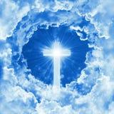 Begrepp av det skinande korset för kristen religion på bakgrunden av dramatisk molnig himmel Himmel med korset och det härliga mo royaltyfria foton