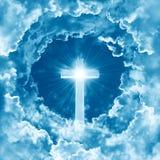 Begrepp av det skinande korset för kristen religion på bakgrunden av dramatisk molnig himmel Himmel med korset och det härliga mo arkivfoton