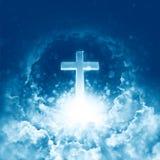 Begrepp av det skinande korset för kristen religion på bakgrunden av molnig himmel Gudomlig glänsande himmel Härligt moln för him royaltyfri illustrationer