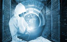 Begrepp av en hackerattack med den med huva mannen med bärbara datorn i datorhall bland supercomputers Royaltyfri Fotografi