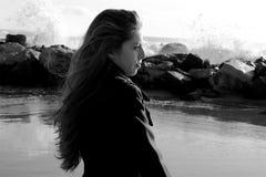 Begrepp av ensamhet- och sorgsenhetkvinnan framme av den svartvita havcloseupen Royaltyfria Bilder