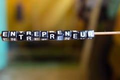 Begrepp av entreprenören på träkuber med bokehbakgrund royaltyfri bild