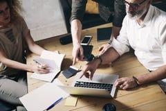 Begrepp av för idéaffär för presentation det nya projektet Vuxen affärsman som diskuterar idéer med kontodirektören, och idérikt royaltyfria foton